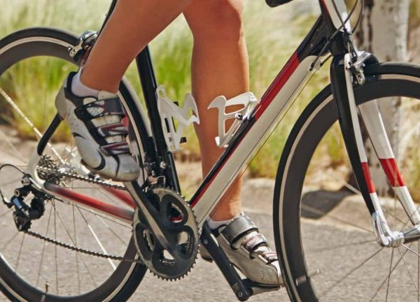 Footwear has become a fundamental factor in cycling, as it allows the athlete to rest their feet correctly on the pedals and thus transmit the full force of the pedaling to the bicycle.