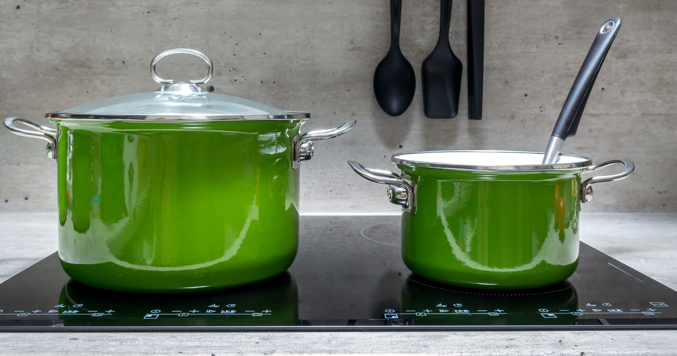 Two stewpots on induction cooker
